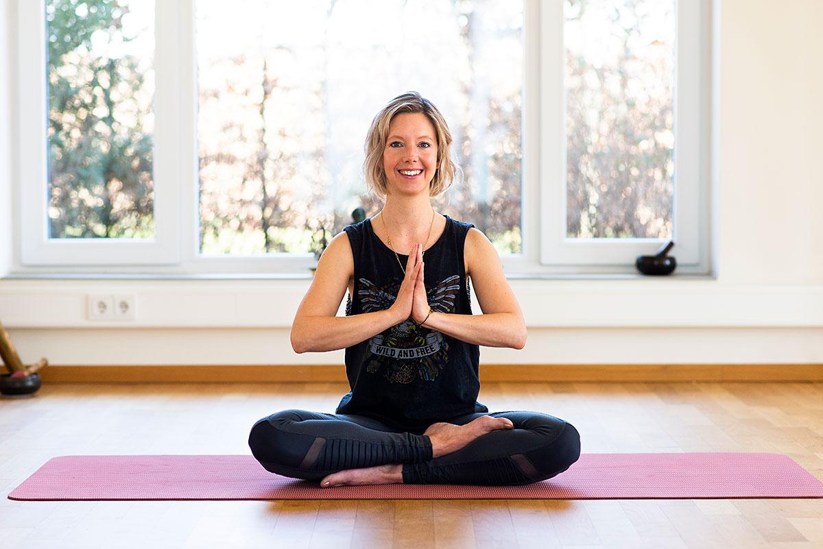 Yogafotografie für Yogalehrerin Melanie Hoffmann nach der Meditation, ihre Hände aneinander im Angali Mudra. |Felix Krammer Fotografie