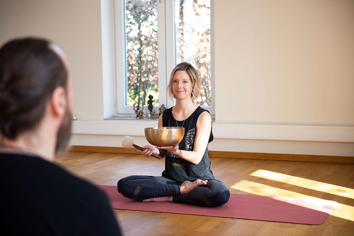Yogafotografie für Hey Dear Mind – Yogalehrerin Melanie Hoffmann mit Klangschale in Yogastudio. |Felix Krammer Fotografie