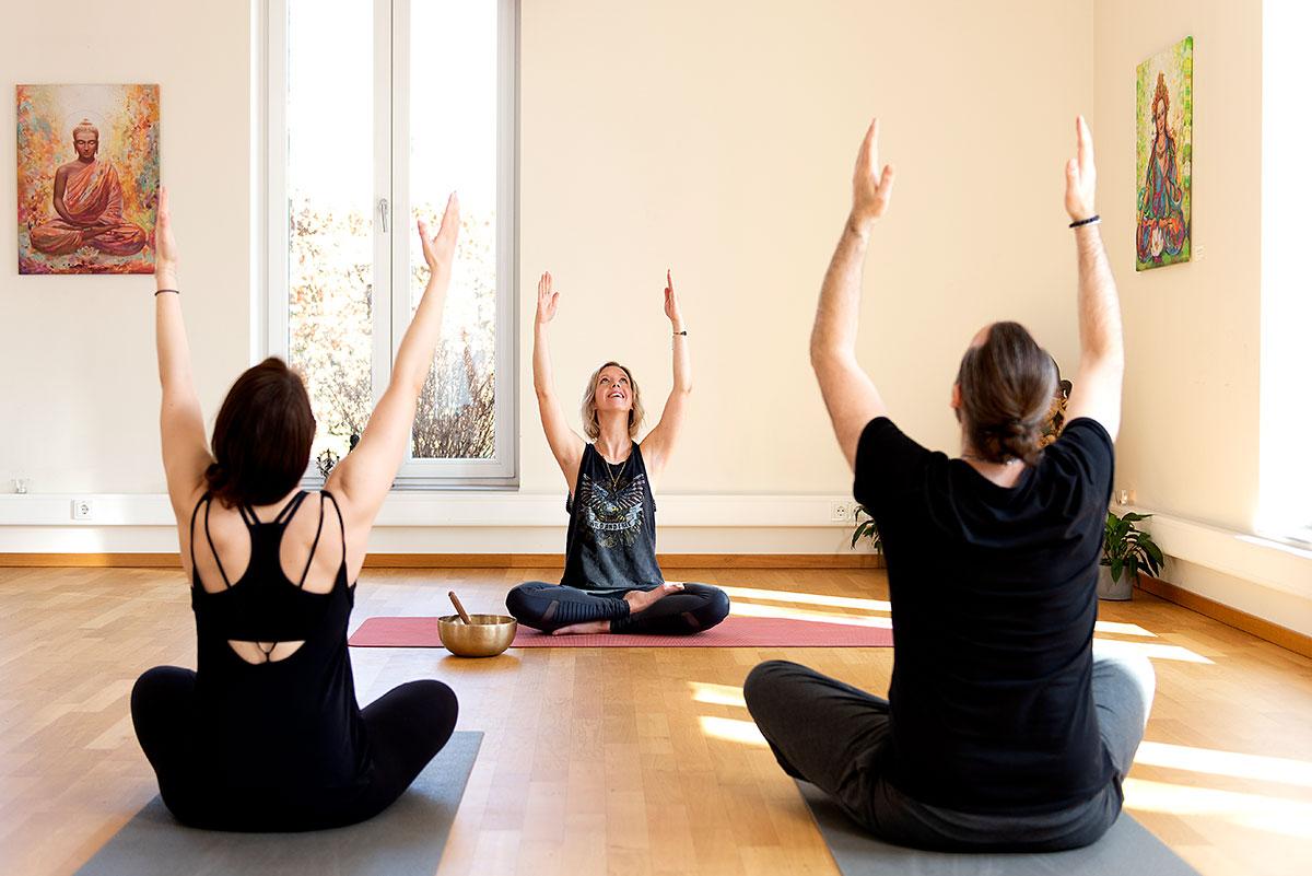 Yogafotografie für Hey Dear Mind – Yogalehrerin Melanie Hoffmann leitet eine Yogastunde an. |Felix Krammer Fotografie