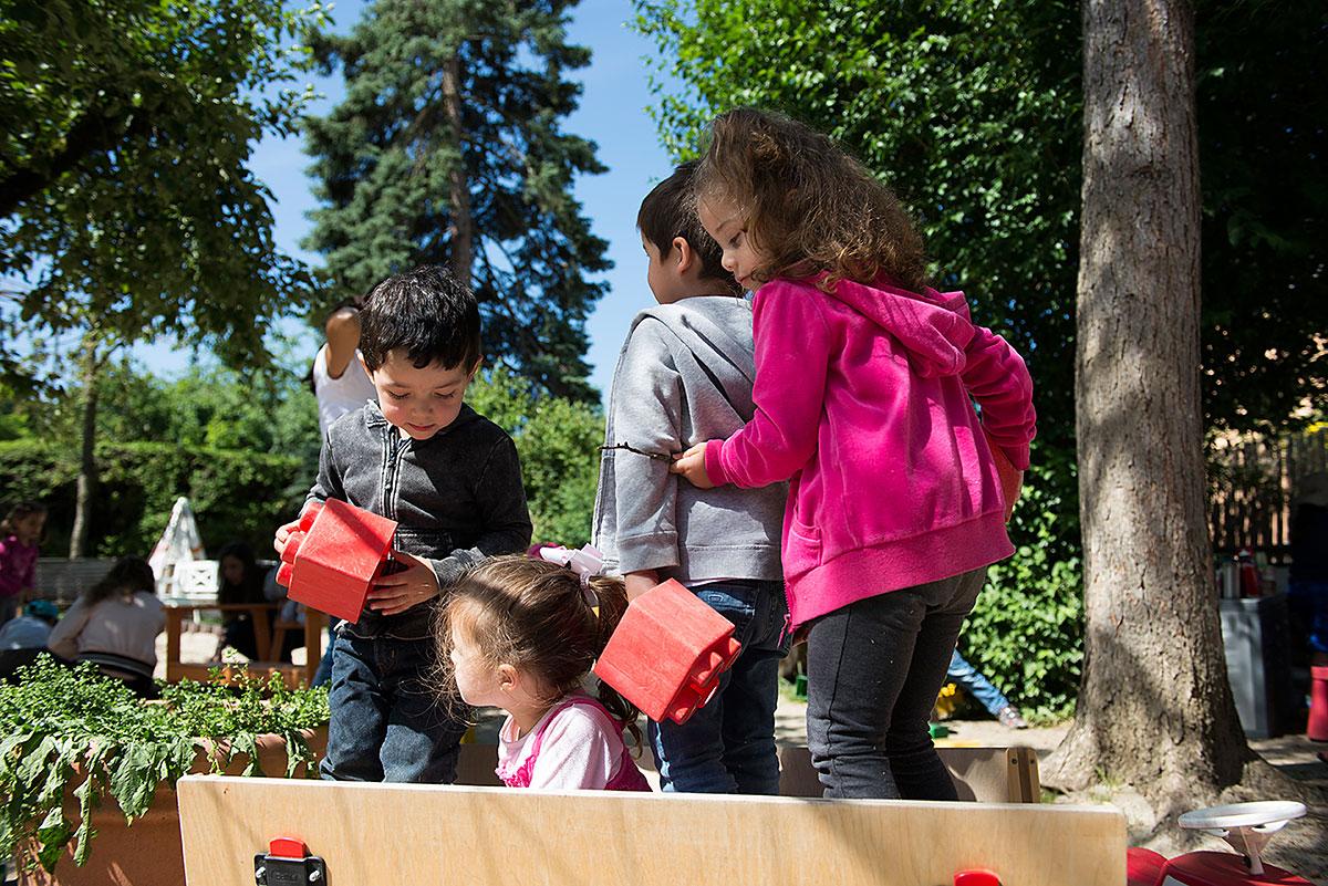 Kinder beim Spielen im Garten - Kindergartenfotografie  Felix Krammer Fotografie
