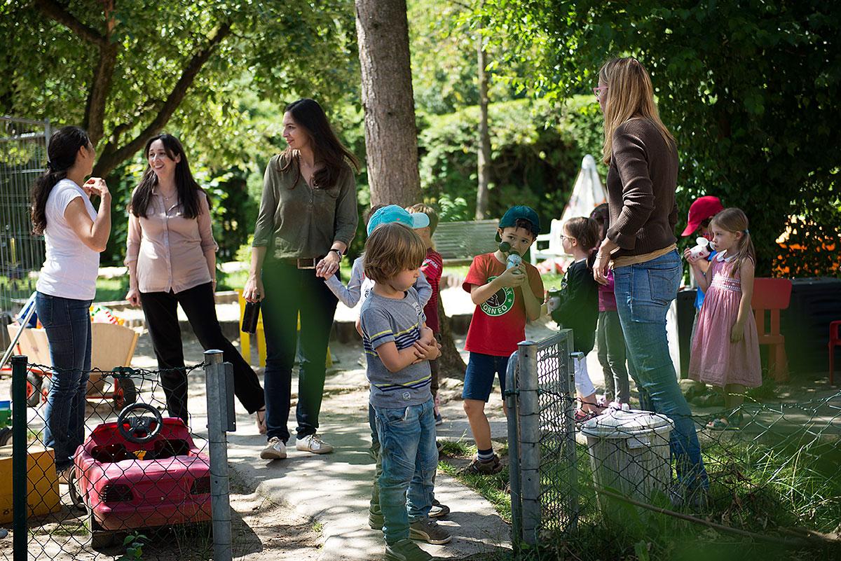 Kindergartenfotografie: mehrere Kinder und Erzieherinnen im Garten  Felix Krammer Fotografie