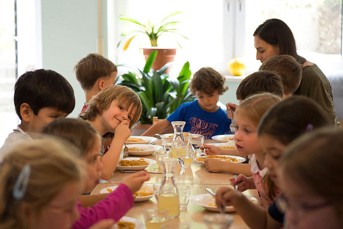 Kinder beim Mittagessen im Kindergarten  Felix Krammer Fotografie