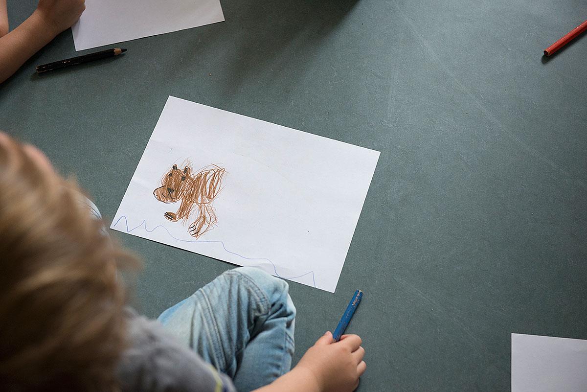 Kind beim Malen - Kindergartenfotografie  Felix Krammer Fotografie
