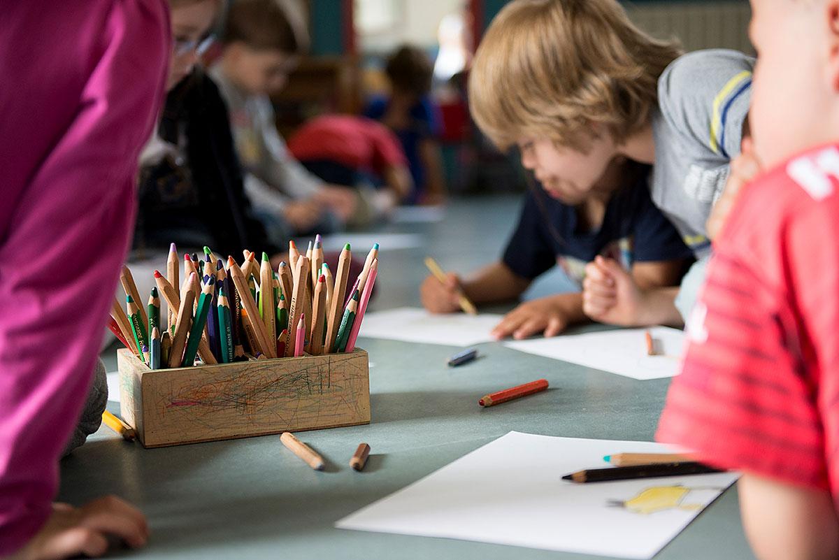 Kinder beim Malen - Kindergartenfotografie  Felix Krammer Fotografie