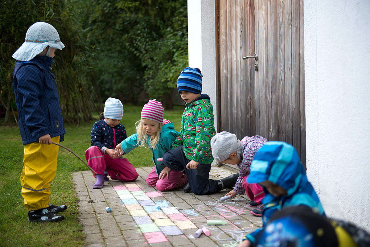 Kinder bemalen einen Boden mit Kreide - Kindergartenfotograf München |Felix Krammer Fotografie