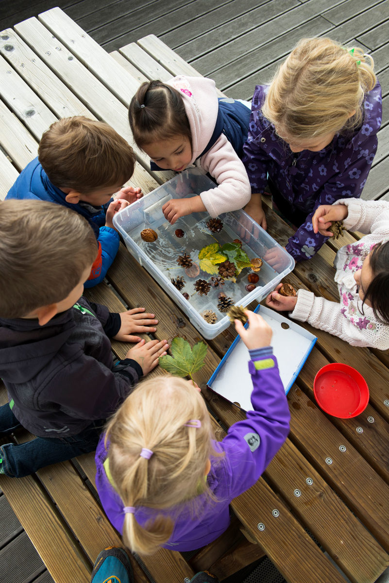 Kinder experimentieren mit Wasser im Kindergarten - Kindergartenfotograf München |Felix Krammer Fotografie