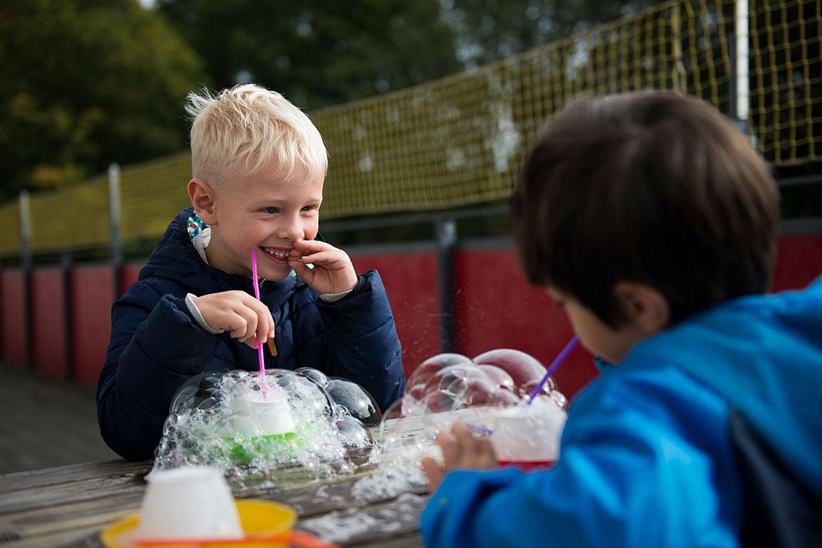 2 Jungs machen Seifenblasen - Kindergartenfotograf München |Felix Krammer Fotografie