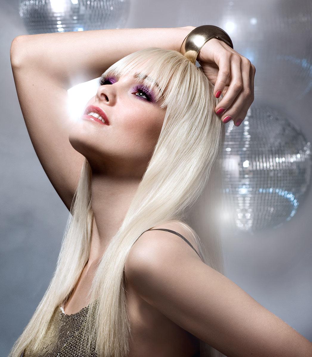 Beautyfotografie für Rimmel London. Model tanz im Club vor Discokugel. |Felix Krammer Fotografie
