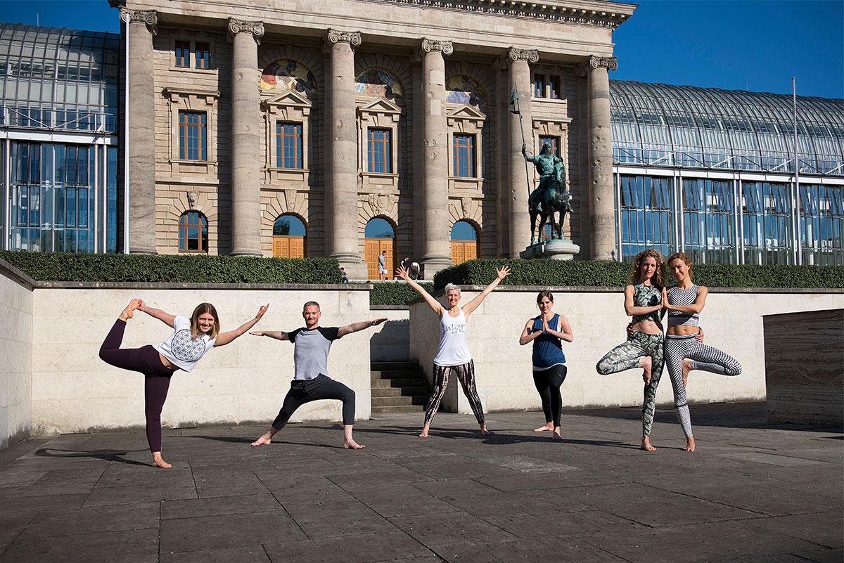 Yogis in Asanas als Pressebild für die Yoganacht München.  Felix Krammer Fotografie
